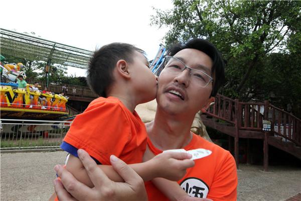佛山景区推出亲吻父母活动,只有孩子愿意还妈