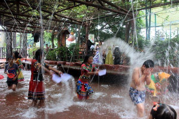 暑热天气,广东长鹿旅游休博园举办傣族泼水节