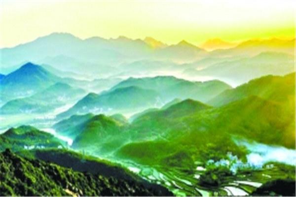七八月份的暑期旅游旺季,革命老区很红,山地