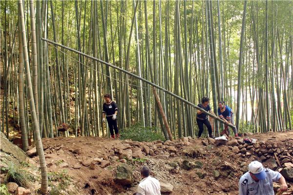 广东连山壮民自创竹制吊石器,两天轻松吊走1