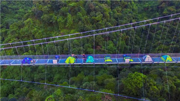 广东大胆情侣跑到长379米、高202米的玻璃桥上露营,景区贴出温馨提示