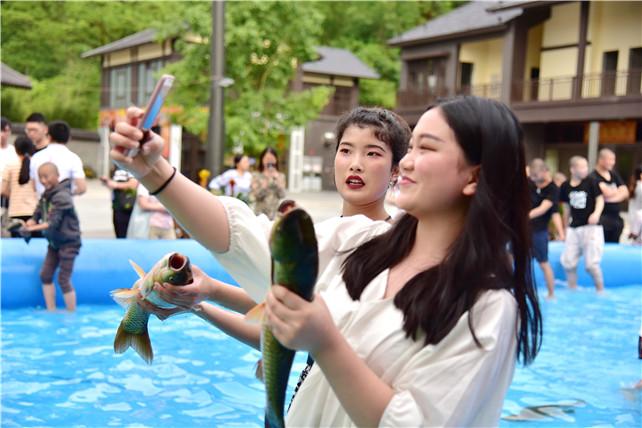 """少女抱着鱼拍照猛发朋友圈,广东新兴这个小镇上演""""人鱼大战"""""""